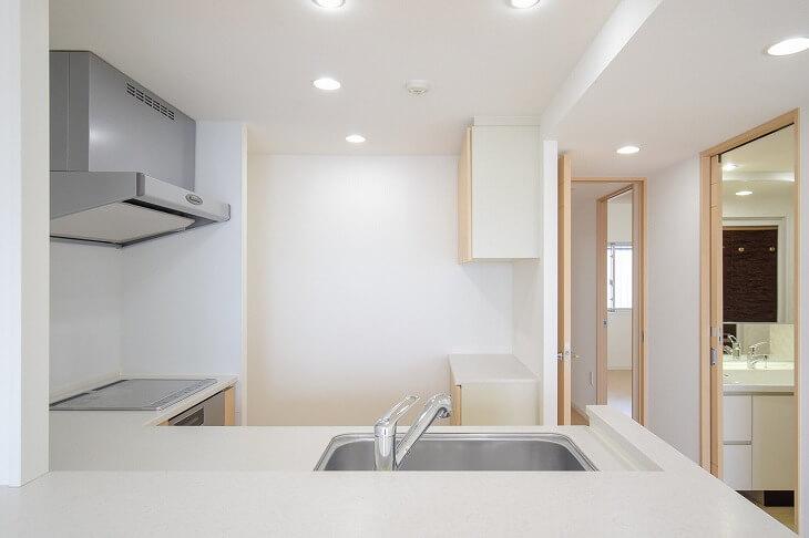 シンクとコンロだけでなく、冷蔵庫や食器棚との動線も考慮すると理想的なワークトライアングルに