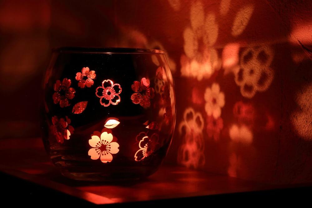 間接照明を取り入れて、部屋をおしゃれな癒しの空間に。間接照明の選び方、便利な機能付き照明のインテリア例を紹介