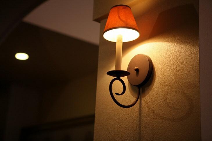 ブラケットライトは壁に影を映し出し、奥行きが生まれ、雰囲気のある空間を作り出す
