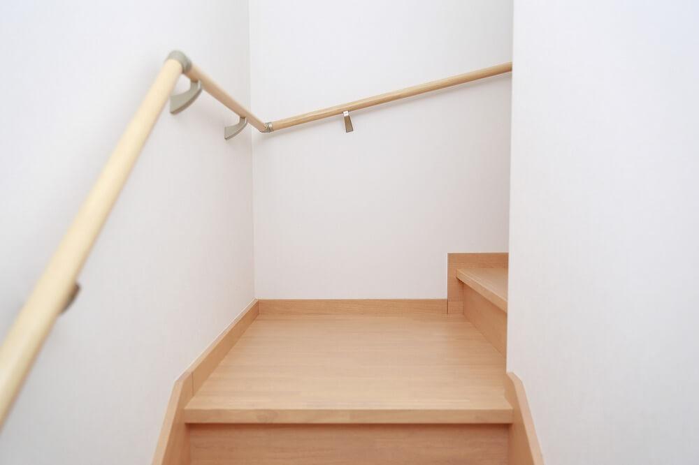 階段の踊り場は必要?寸法や活用法、リフォームのポイントまで解説 ...