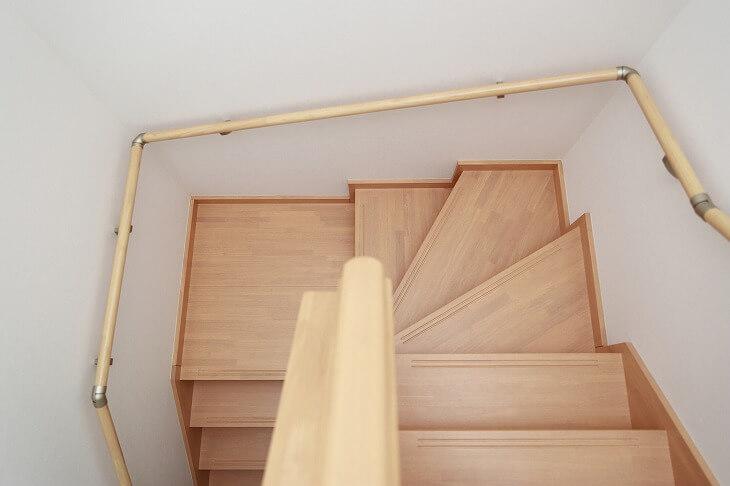 「折り返し階段」は踊り場に広いスペースは使われる。傾斜がなだらかで転落防止になり、より安全性の高い階段になる