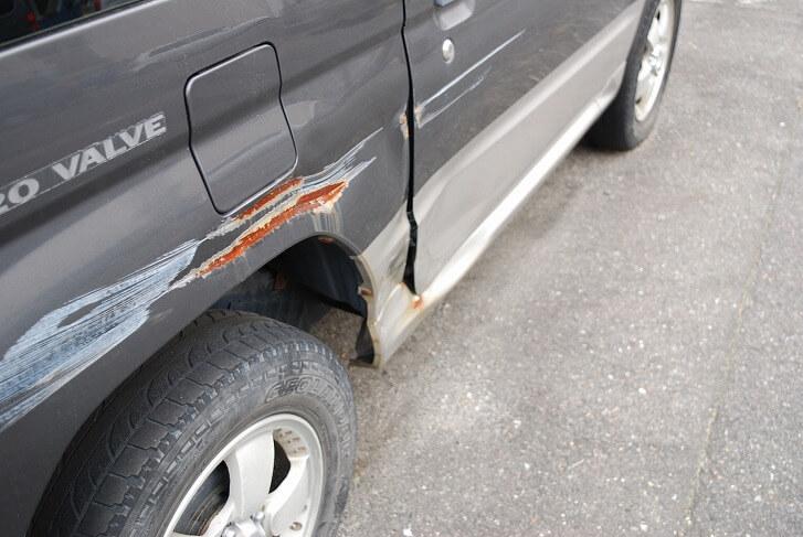 スペースに余裕がないと駐車するときにカーポートの柱に愛車をぶつけてしまうかも……