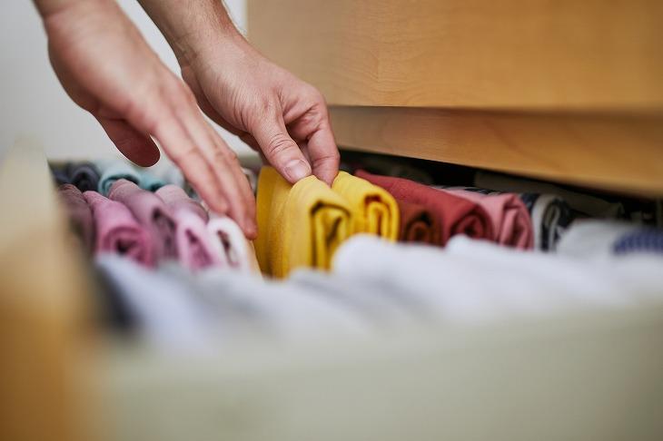 タンスの整理は仕切りを活用。洋服が簡単に片付く収納アイデア集