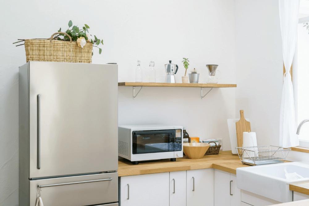 冷蔵庫横の収納アイデア術。側面と隙間の活用例やおすすめ100均アイテムなど紹介