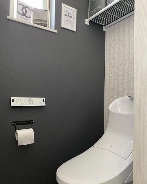 スタイリッシュでシンプルなトイレがお好みであれば、ホワイトやブラック、グレーなどのモノトーンの壁紙で仕上げるのがおすすめです。全面ホワイトの壁紙でまとめるのもいいですが、一面のみブラックの壁紙にして、引き締まった印象にするのも魅力的です。ただ、全面ブラックにするとやや重苦しい印象を受けるため注意しましょう。