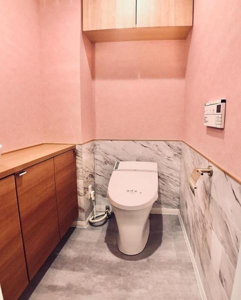 明るくカラフルなデザインの壁紙も、一部だけに取り入れたり腰壁として採用したりすると、鮮やかで素敵なトイレに仕上がります。壁紙のラインアップを確認しながら、さまざまな組み合わせを試してみましょう。