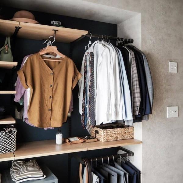 スーツを着るときに使う、ベルト、ネクタイ、シャツなどと、種類ごとに小分けにして、収納しておくと、すぐ取り出せます。シャツならば畳んで棚に入れておくと、型崩れせずに収納できます。クリーニングに出して畳んでもらった状態のそのままで棚に収納してもいいでしょう。ベルトやネクタイは、丸めて収納ケースに入れるか、フックなどに掛ける収納もおすすめです。仕事で使用するバッグなども一緒に収納しておくと便利です。
