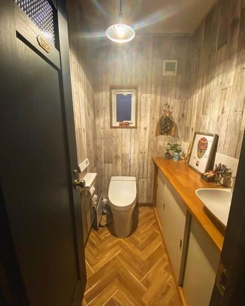 温かみのある雰囲気にしたい場合は、木目調のデザインの壁紙がおすすめです。デザイン自体はシンプルであるものの、壁紙として活用するとカントリーテイストなトイレに仕上がります。全面に木目調の壁紙を使用すると手狭に感じる場合は、腰壁として活用するだけでも十分です。観葉植物とも相性抜群です。