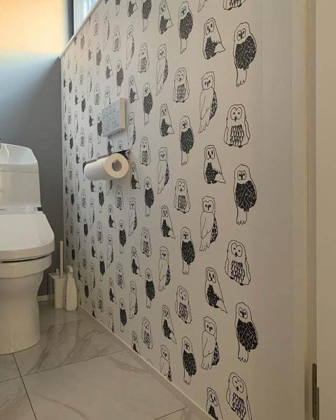 動物がデザインされた壁紙や個性的なデザインの壁紙にすると、ポップでかわいらしいトイレに仕上がります。一面のみに採用して、アクセントクロスとして活用するのもおすすめです。トイレをお気に入りの空間にしたい方は、ぜひチャレンジしてみてください。