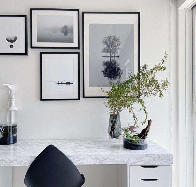 絵を飾る場所に続いて、飾り方のポイントを紹介します。壁に掛けるのが一般的ではありますが、掛け方にもさまざまな種類があります。1点だけ飾る場合、複数飾る場合、そして複数飾る場合の配置のさまざまです。せっかく絵をかざるなら、目指したいイメージに合わせて飾り方も工夫したいところです。