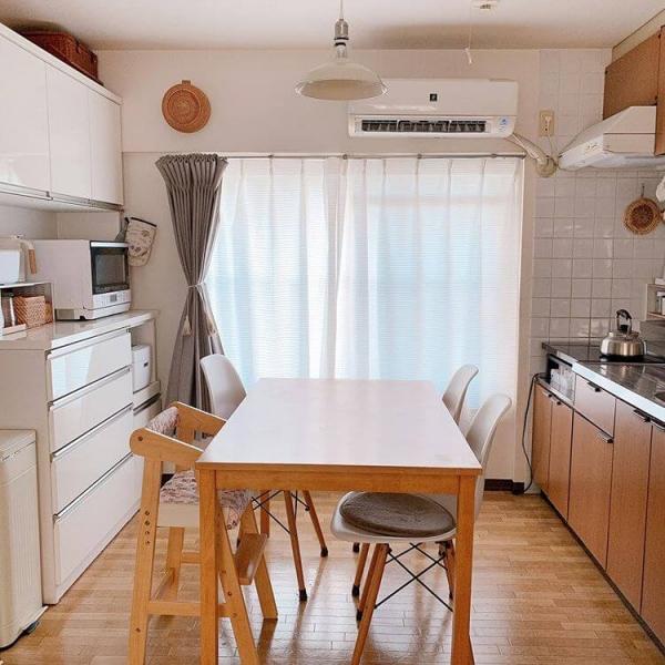 収納とダイニングテーブルを上手く配置したダイニングキッチン