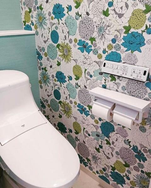 ホテルや大型ショッピングセンターのような、エレガントな雰囲気のトイレを演出したい場合は、大きめの花柄があしらわれた壁紙がおすすめです。小さな花柄はさりげないおしゃれさを感じさせますが、大きめの花柄にすることでかわいらしさのなかにエレガントさも演出できます。 ただ、大きめの花柄を全面に配置すると、トイレ空間が狭く感じてしまいます。一面のみに採用したり、腰壁として配置したりして、圧迫感を最小限に抑えましょう。