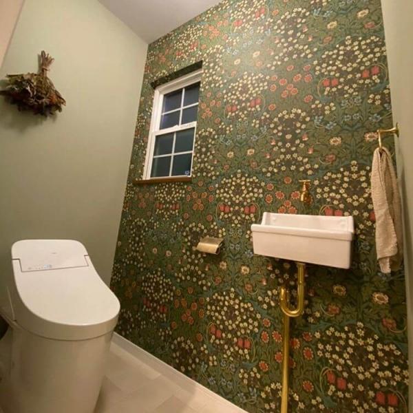 個性的な壁紙のトイレ