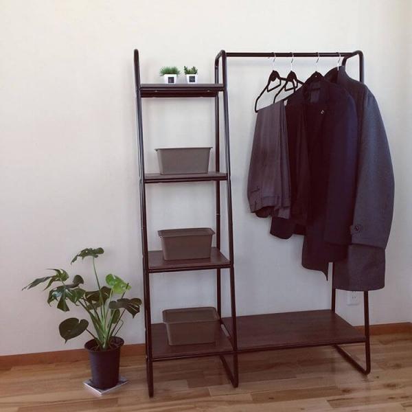 スペースをあまり取らずに、スーツを掛けて収納できるのがハンガーラックです。省スペースなので、玄関やリビングなどと、空いている場所に置けます。ネクタイやベルトは蓋付きのボックスに収納すると、見た目がすっきりしてスタイリッシュに見えるでしょう。