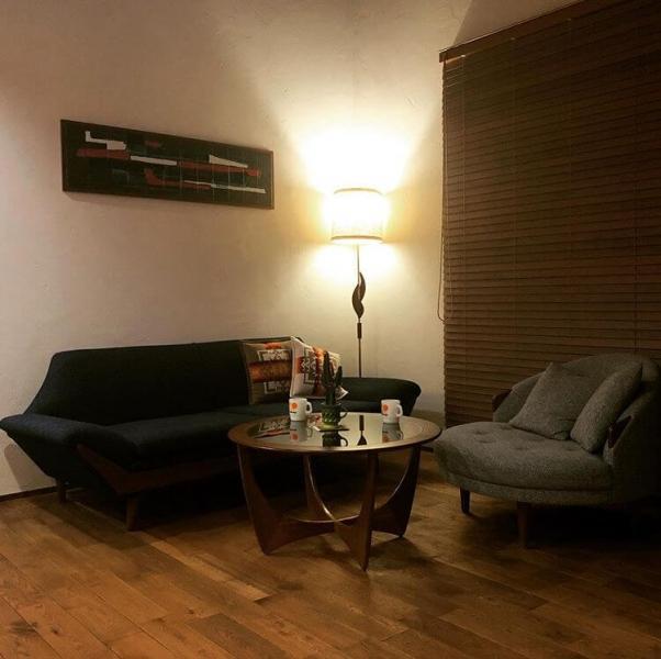 個性的なフォルムのソファが印象的