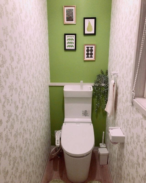トイレに入った瞬間の印象は壁紙の色や柄に大きく左右されます。色によっては、「清潔感のあるトイレ」と感じることも「落ち着かないトイレ」と感じることもあります。壁紙を選ぶ際の色や柄のポイントについて確認しましょう。