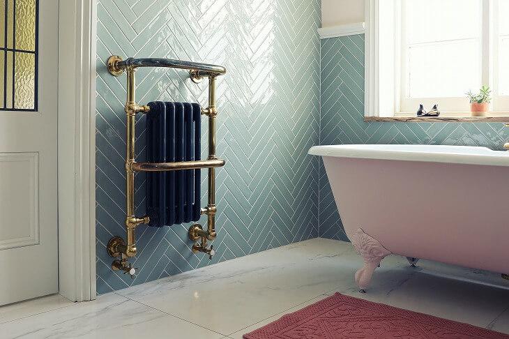 ヘリンボーン柄に組まれたタイルが個性的。タイルは耐水性も高く、浴室との相性がいいのでおすすめ