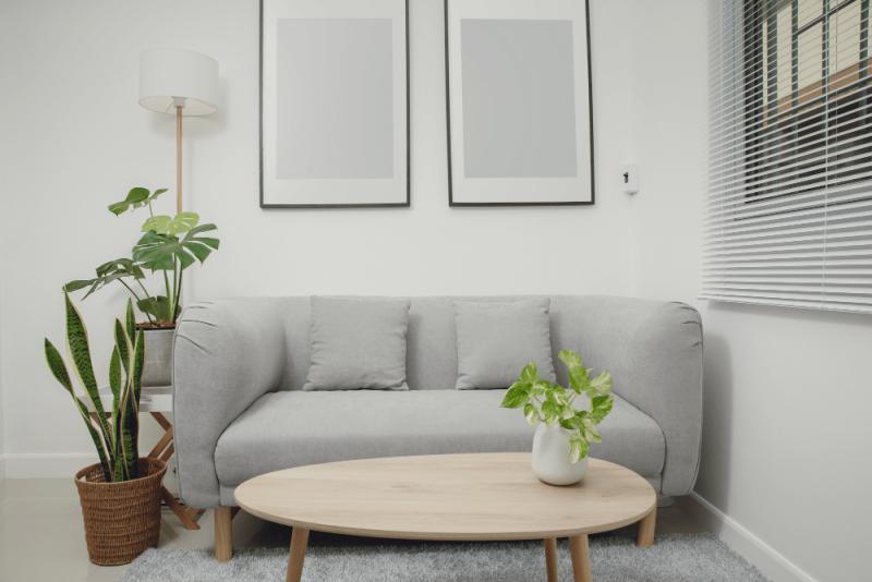 家具の近くに飾るとバランスが取りやすい。ソファの近くに絵を飾る場合、 ソファの上部から天井までのスペースが適切