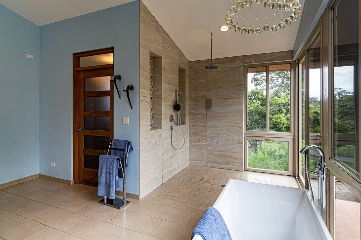 浴槽の隣にシャワースペースを設置しているバスルーム。これなら洗い場を確保できる