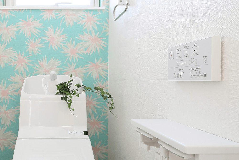壁紙クロスでトイレをおしゃれにする方法。壁紙の選び方、おすすめデザイン例を紹介