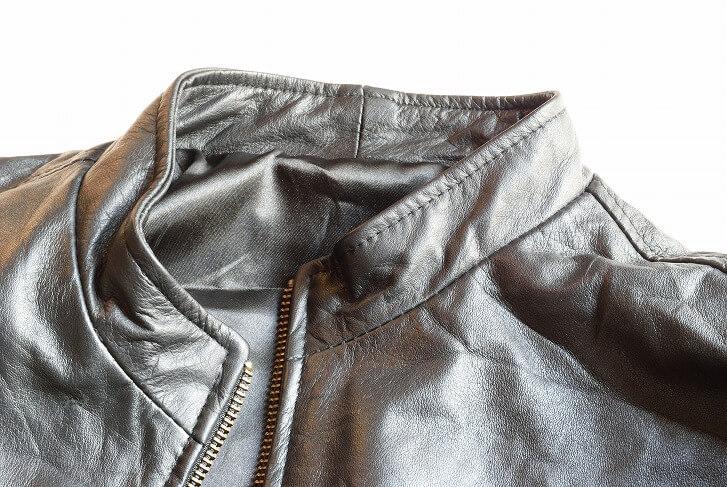 革製のレザージャケットなどは、一度シワがつくと取るのが困難。たたむ収納には不向きなため、ハンガーに掛けて収納を