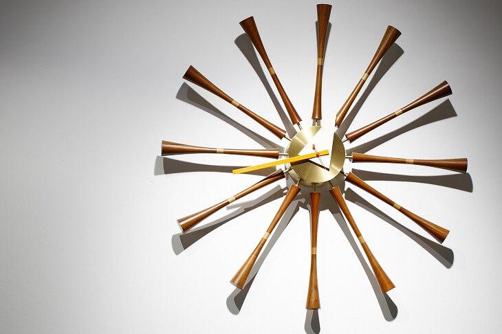 ハーマンミラー社の壁掛け時計は形が個性的で、1点あるだけで部屋の印象がガラッと変わるアイテム