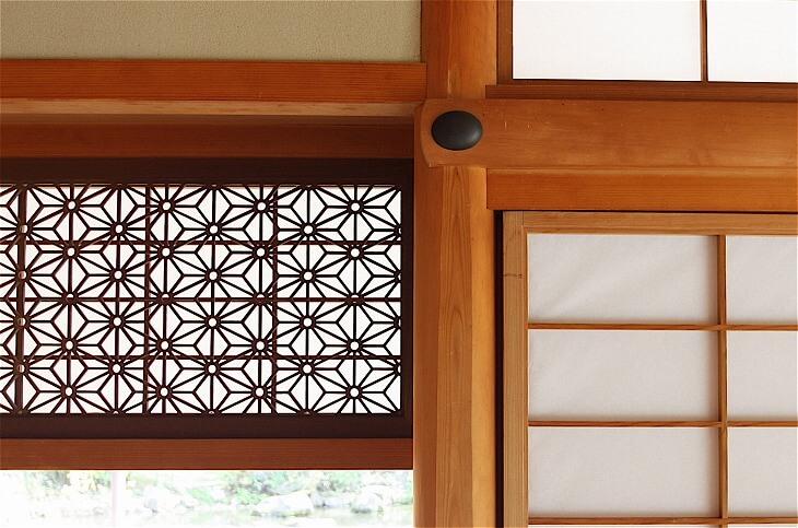 和紙には家屋の通気性や採光性を程よく保つ機能が。伝統技法の組子細工を用いた障子は、機能性に加えてモダンな美しさがある
