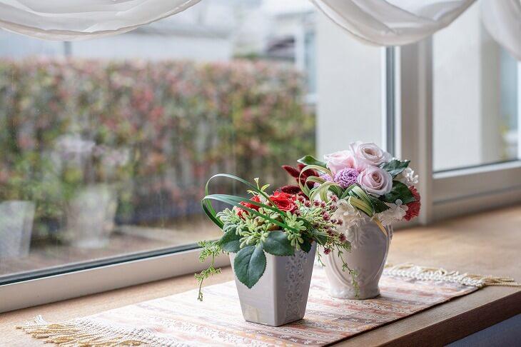 花瓶にお好みの花を飾れば豪華さと香りを楽しむことができる