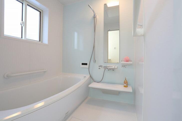 浴槽と床が一体型のユニットバスには隙間がないため、浴槽下の手入れが不要