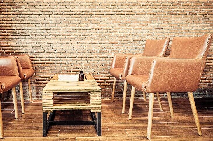 レンガ調の壁紙の部屋にレザーのチェアを置けばそれだけでカフェ風に