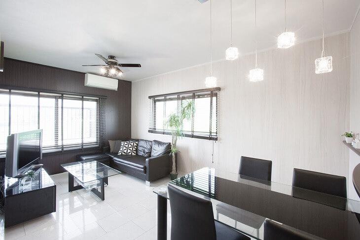 直線的でダークトーンの家具で揃えられ、無駄なものが一切ないながらも照明や観葉植物で温もりをプラス
