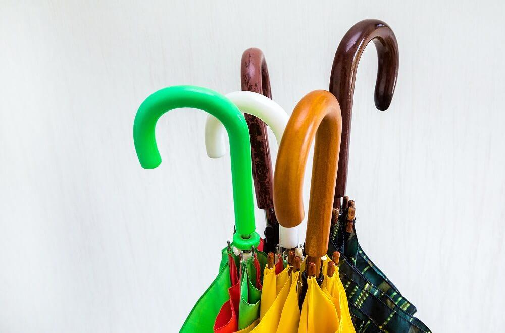 傘の収納は「傘立て」でOK?狭い玄関や車内でもすっきり収納するアイデア・簡単DIYの実例を紹介
