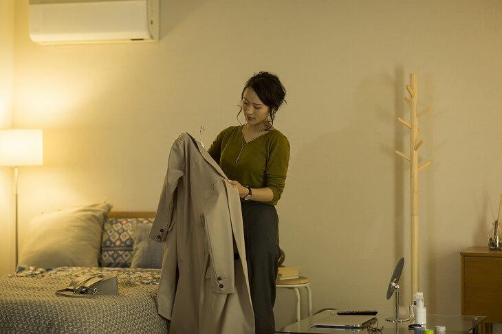 ポールハンガーを玄関に設置して、場所を取らないコート収納を。お気に入りの布バッグを掛けて、マフラーなどの小物も同時に収納