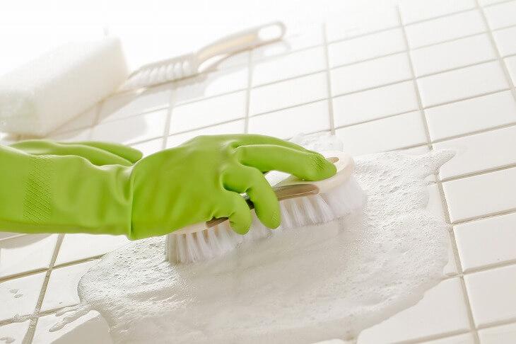 猫足バスタブは、定期的にバスタブ下の床掃除をしてカビ対策をする必要がある