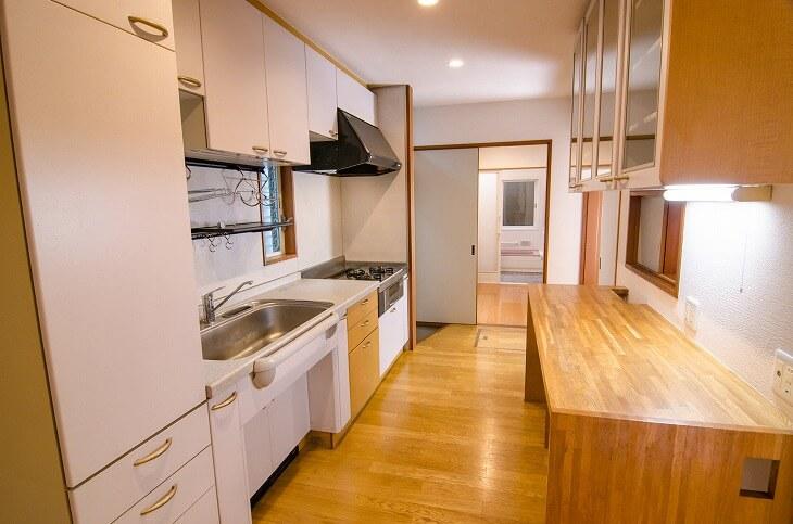 キッチンの床材は、リビング・ダイニングに合わせた色やデザインを選んで。食器棚のトーンや質感と合わせると統一感が出せる