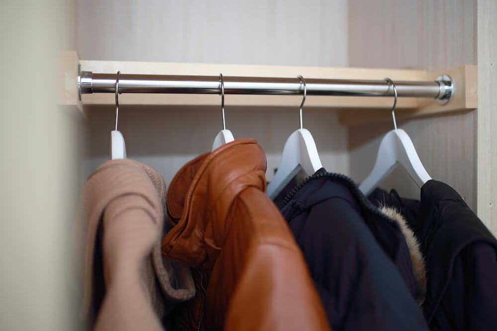 コートの収納アイデア。クローゼット・玄関に100均アイテムで美しく収納する方法