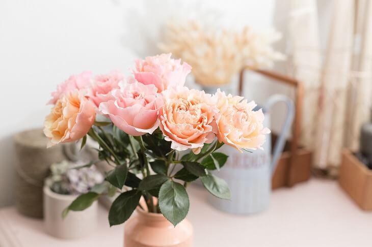 シャビーシックスタイルの部屋が物さみしいと感じたら花を添えるだけで華やかに