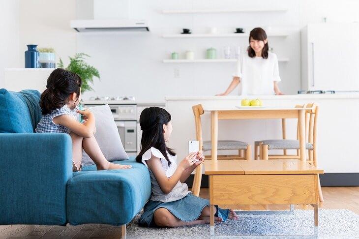 縦長リビングのオープンな間取りは、家庭内のコミュニケーションを図るのに最適。キッチンにいても家族の会話に入れるのが嬉しい