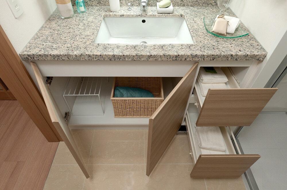 洗面台下の収納アイデア。奥行きのあるスペースを無駄にしない、人気アイテムを使った収納方法を紹介