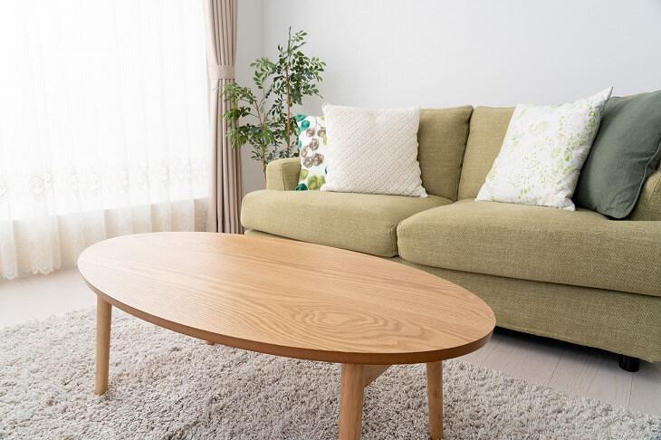 テーブルは角ばった形よりも丸い天板のほうが、部屋の圧迫感を軽減する効果が。見た目にもスタイリッシュな印象に