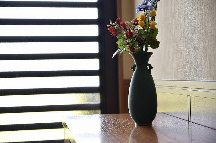 家の「顔」となる玄関を、和風らしいモダンなアイテムで演出。アンティークな花瓶や小物を少しずつ取り入れて