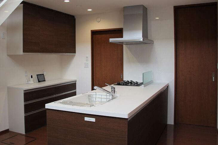 壁側にコンロがあるペニンシュラキッチンは、アイランドキッチンと比べて油跳ね汚れの対策がとりやすい