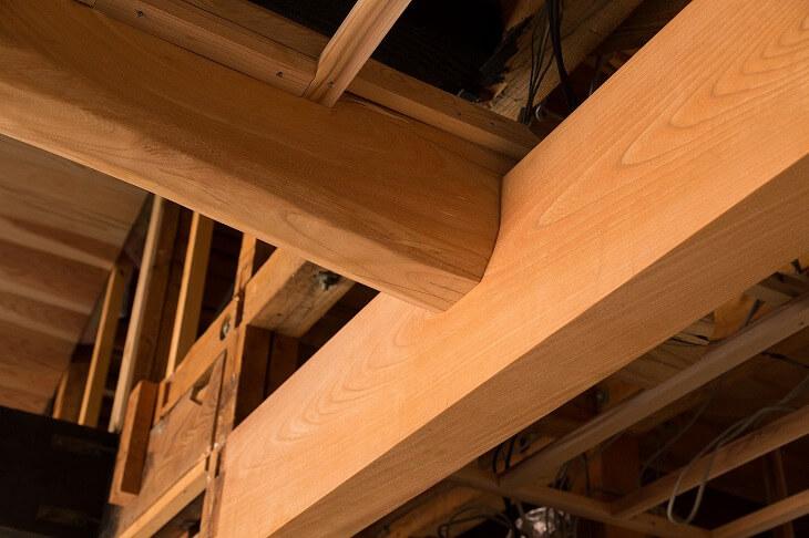 日本家屋のリノベーションでは、あたたかみのある木材をそのまま活かすのがポイント。洋風のインテリアともマッチして、和モダンの雰囲気に