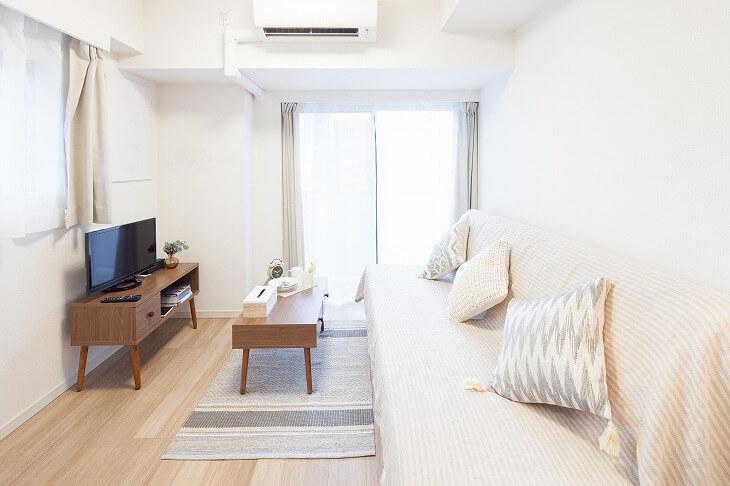 縦長リビングは壁に沿って大きな家具を配置すると、空間を広く見せることが可能。窓からの光を最大限取り入れ、明るく見通しの良い印象に