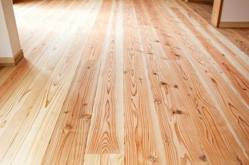 ダイニングの床材と統一しやすいメリットがあるフローリング。複合フローリングは耐久性に優れ、防音機能に配慮したものも