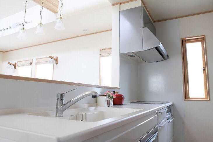 オープンキッチンとも呼ばれる対面キッチンは、開放感があり広々とした空間にしたい人におすすめ