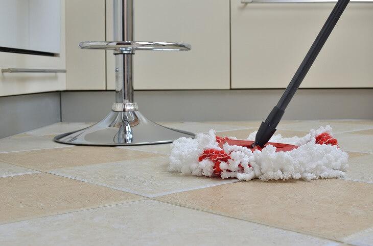 キッチンの床は水や油で汚れやすい。掃除のしやすさも重視しながら、滑りにくさなどの安全面も考えて選ぶことがポイント