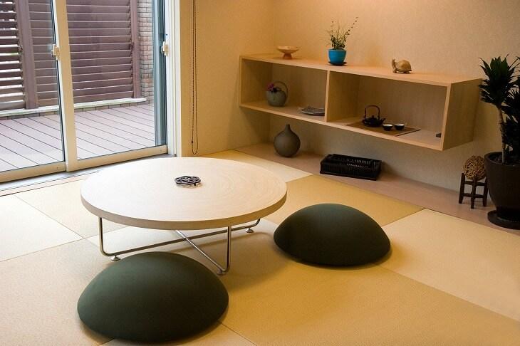 正方形で格子柄を描く「琉球畳」が和モダンのトレンド。フローリングの上に置ける「置き畳」としても使えます