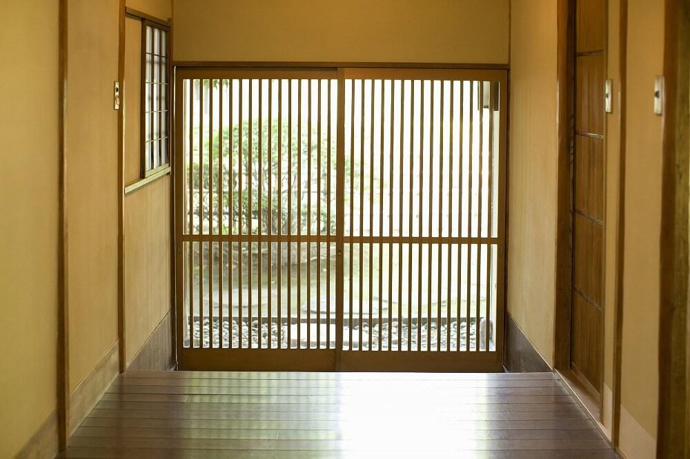 自宅を和風の玄関にリノベーションするには?ドア・照明・アプローチのポイントを解説