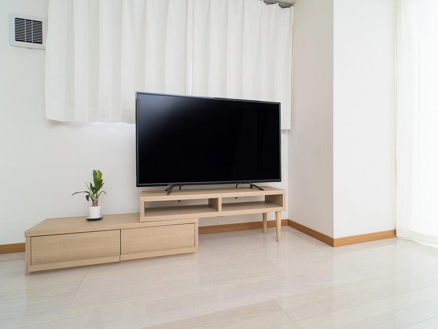 すっきりしたテレビ周りに。おしゃれに収納するアイデアとDIY実例